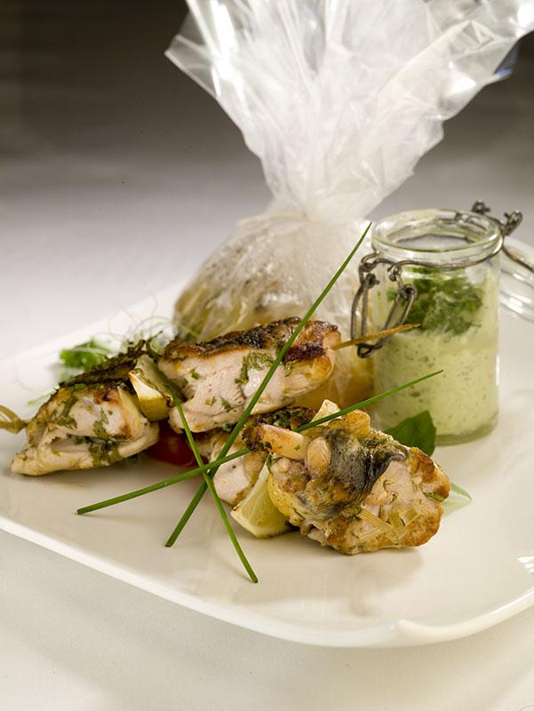 Suprême de pintade fermière rôti en brochette mariné au miel, citron vert et herbes folles.